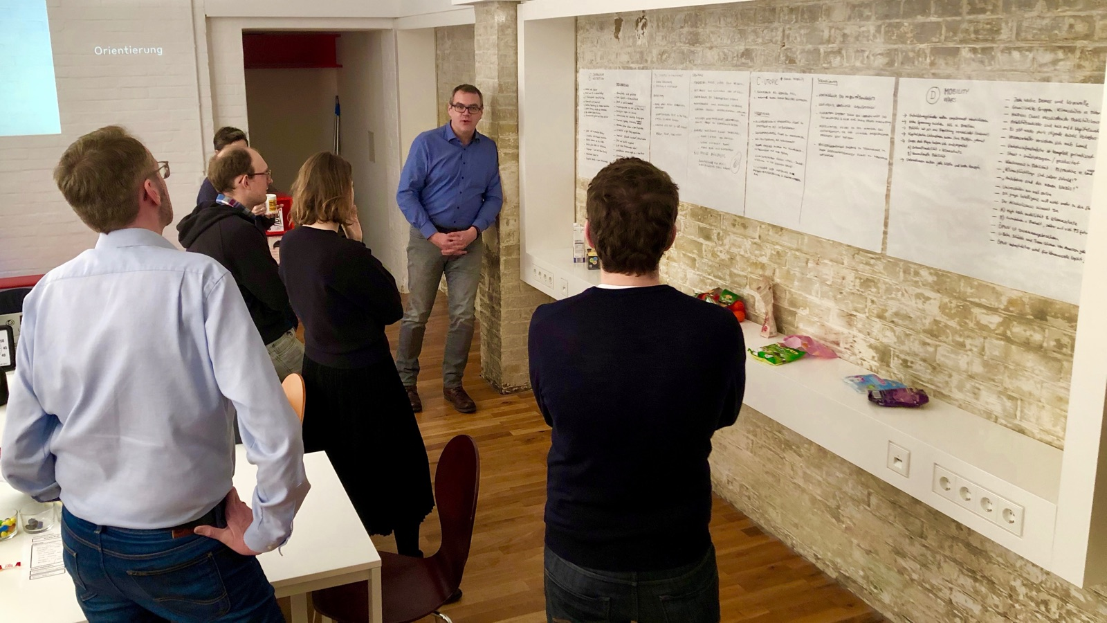 Seminar-Teilnehmer besprechen die Ergebnisse