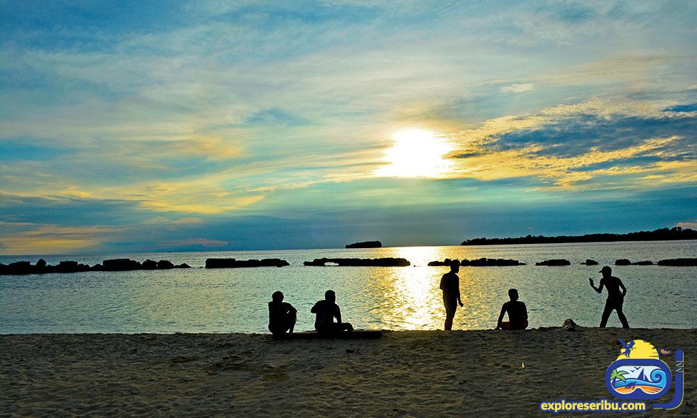 menikmati sunset di pulau bulat