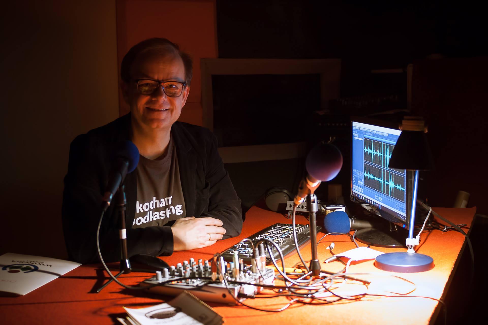 Prowadzący w studiu przy komputerze i mikrofnach