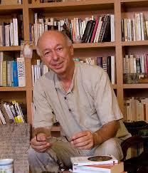 Georges Colleuil en su biblioteca.