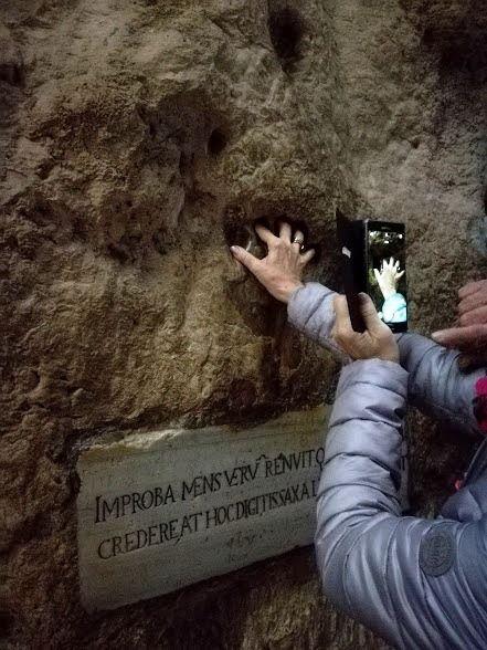 Tra fede e mistero, l'impronta della mano del turco sulla roccia