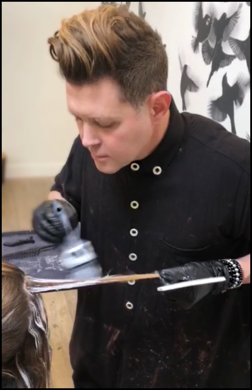 CHAD Painting his Balayage smoothly to the root