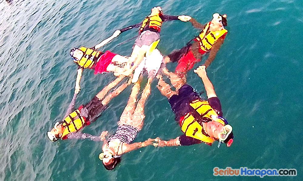 asiknya snorkeling di pulau harapan
