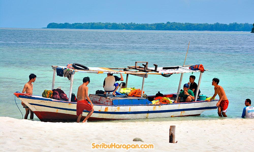 bersandar di pulau perak kepulauan seribu