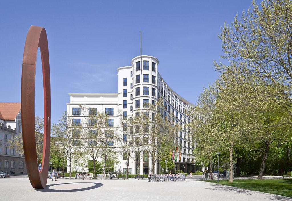 Das Charles Hotel vom Karl-Stützel-Platz aus betrachtet