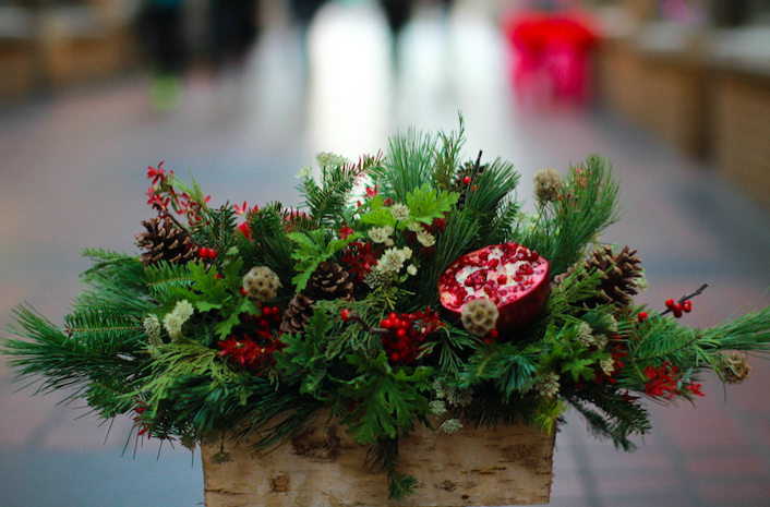 Spruce Up Your Holiday Table With A Fresh Take On Traditional Long And Low Centerpiece Design Like Pro Under The Guidance Of University Flower