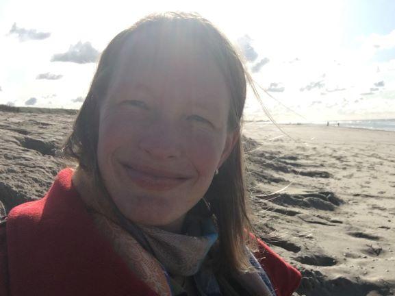 Klaartje ontspannen op het strand