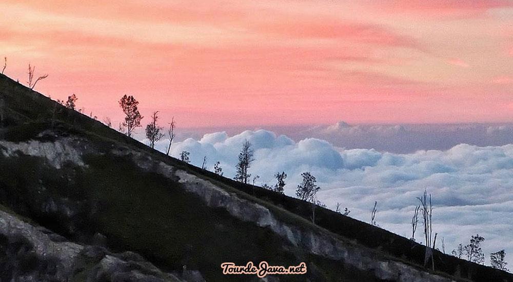 Menikmati Sunrise di Kawah dan Gunung Ijen