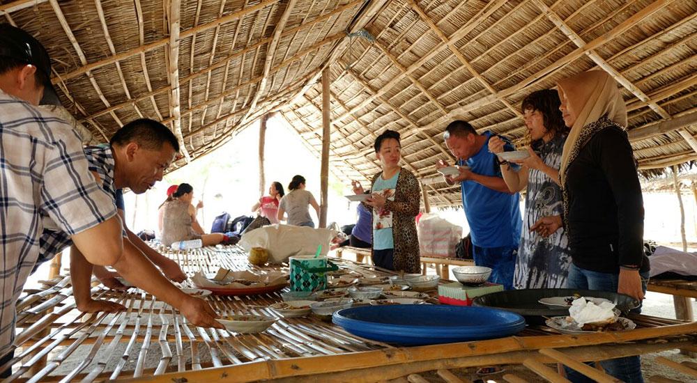 makan siang saat open trip gili labak sumenep