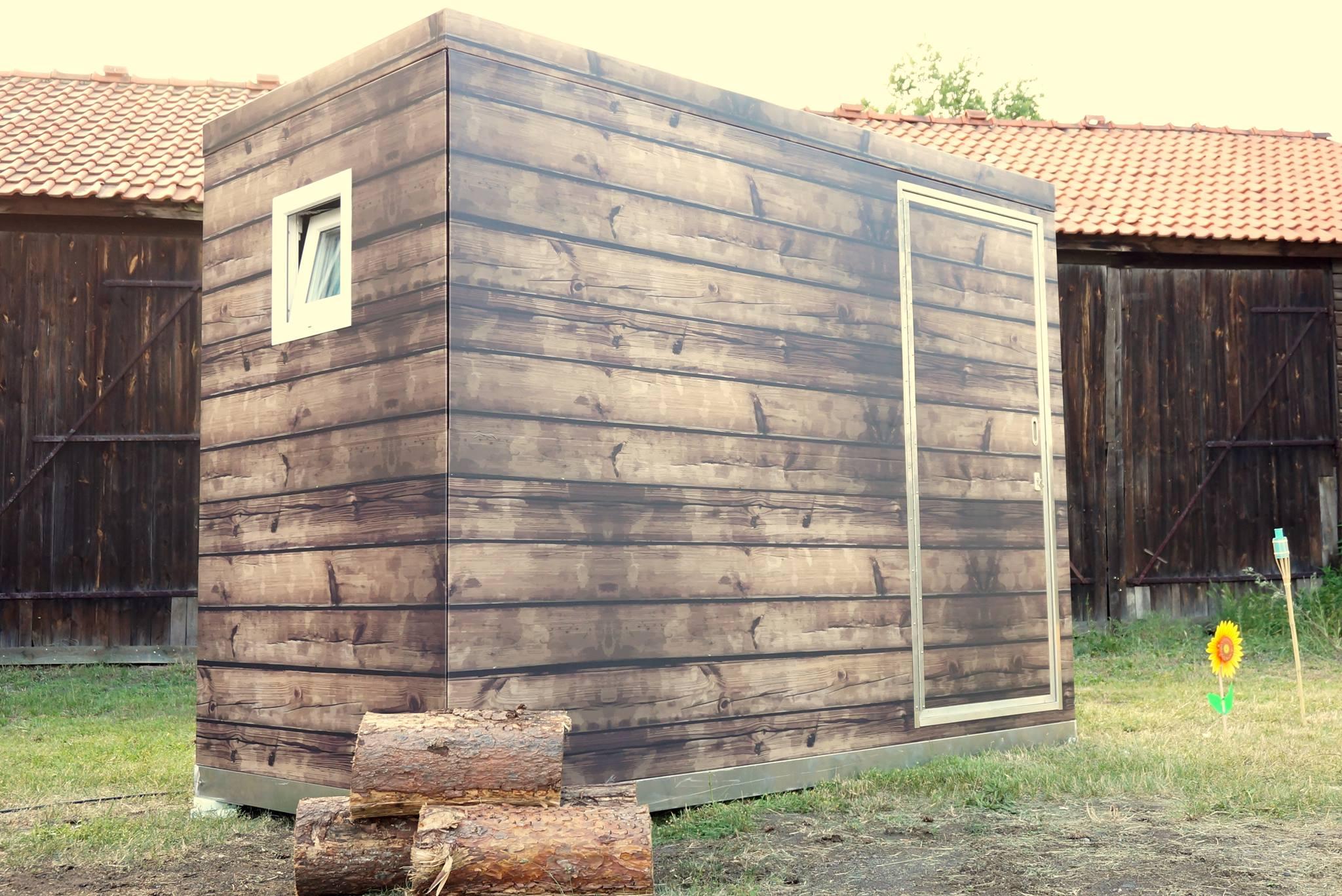 Eure Festival-Lodge von außen: Schall- und wärmegedämmt aus Aluminium mit einzigartiger Holz-Optik