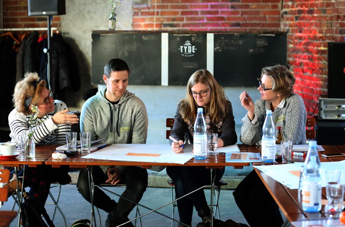 Teilnehmer des openTransfer Workshops tauschen sich aus