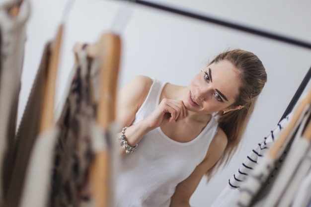 mujer buscando ropa en el armario