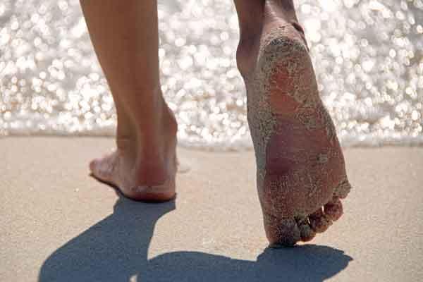 pieds nus sur la plage