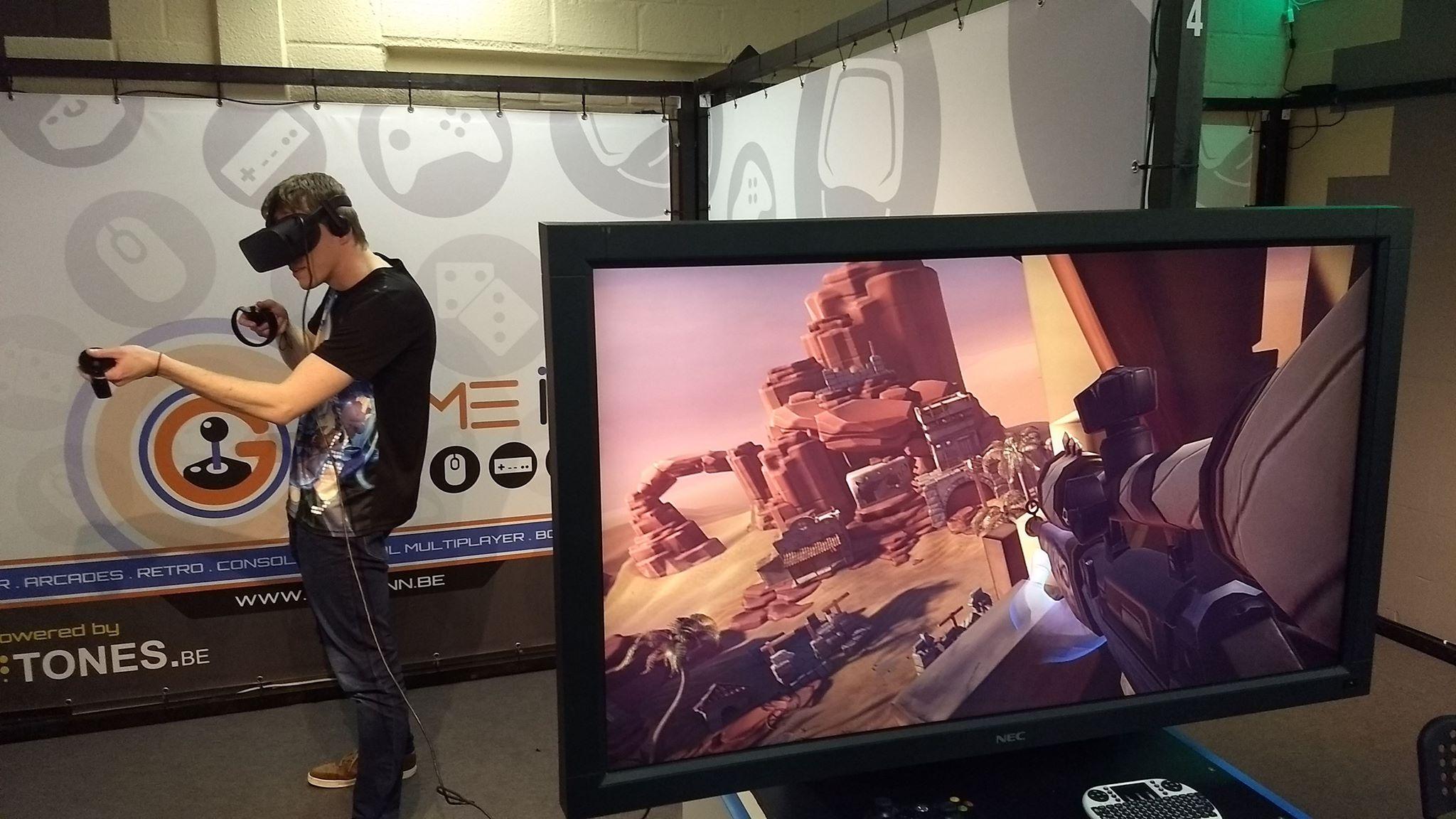 Een VR-spel spelen kan met een VR-bril en controllers.