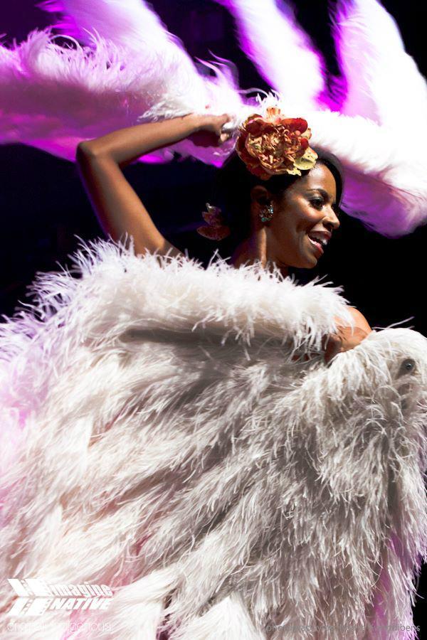 Coco Framboise fan dancing