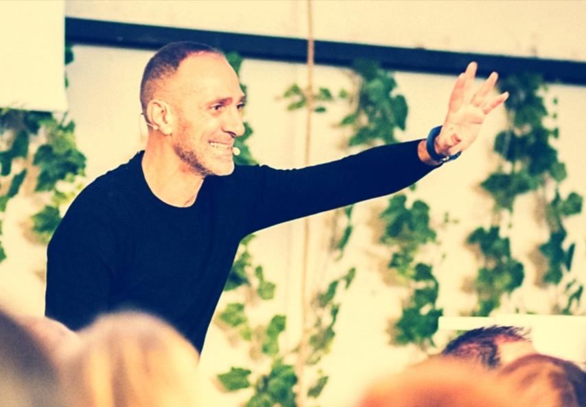 Bruno Moioli Saludando a los asistentes