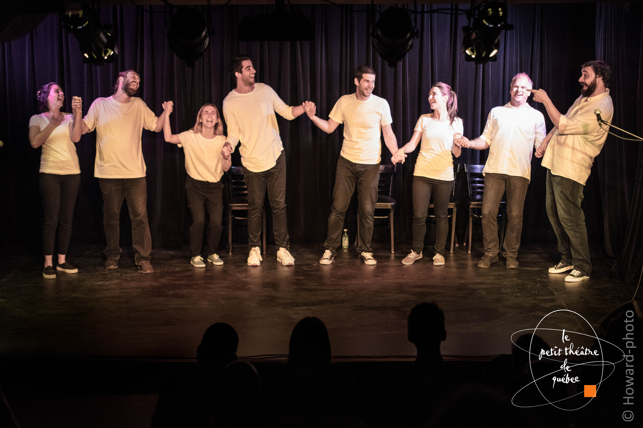 L'Équipe des comédiens d'Adsumma sur la scène du Petit Théâtre