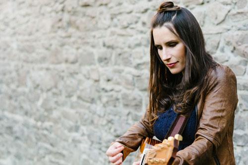 La chanteuse Kristine St-Pierre à la guitare
