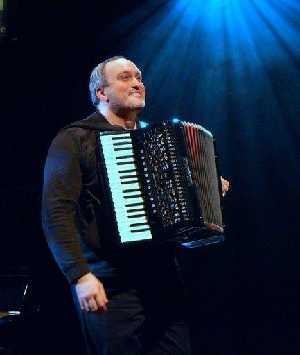Steve Normandin avec son accordéon sur scène