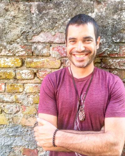 Chanteur Justin Lacroix devant un mur de brique