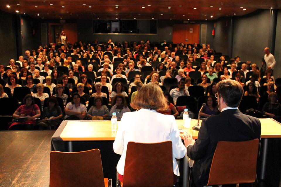 Salón de actos lleno de público en conferencia de María Ibáñez Y Jesús Jiménez