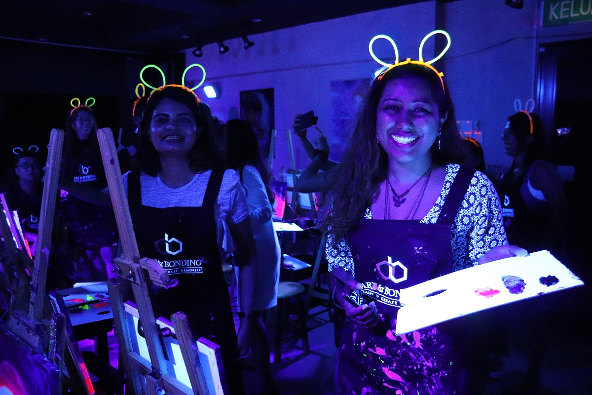 neon-party-glow-in-the-dark-wine-outing-night-bonding-painting-canvas-acrylic-art-class-studio-04