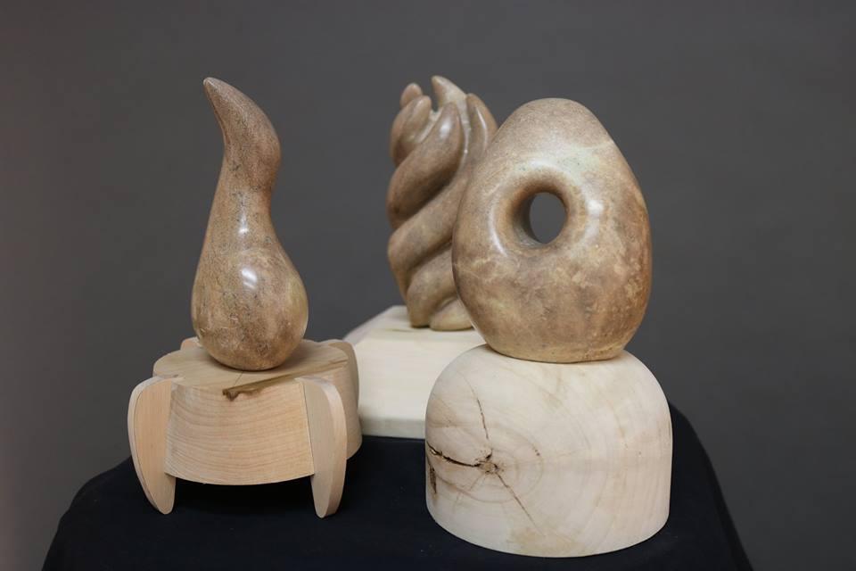 Le socle est façonné selon la forme de la sculpture