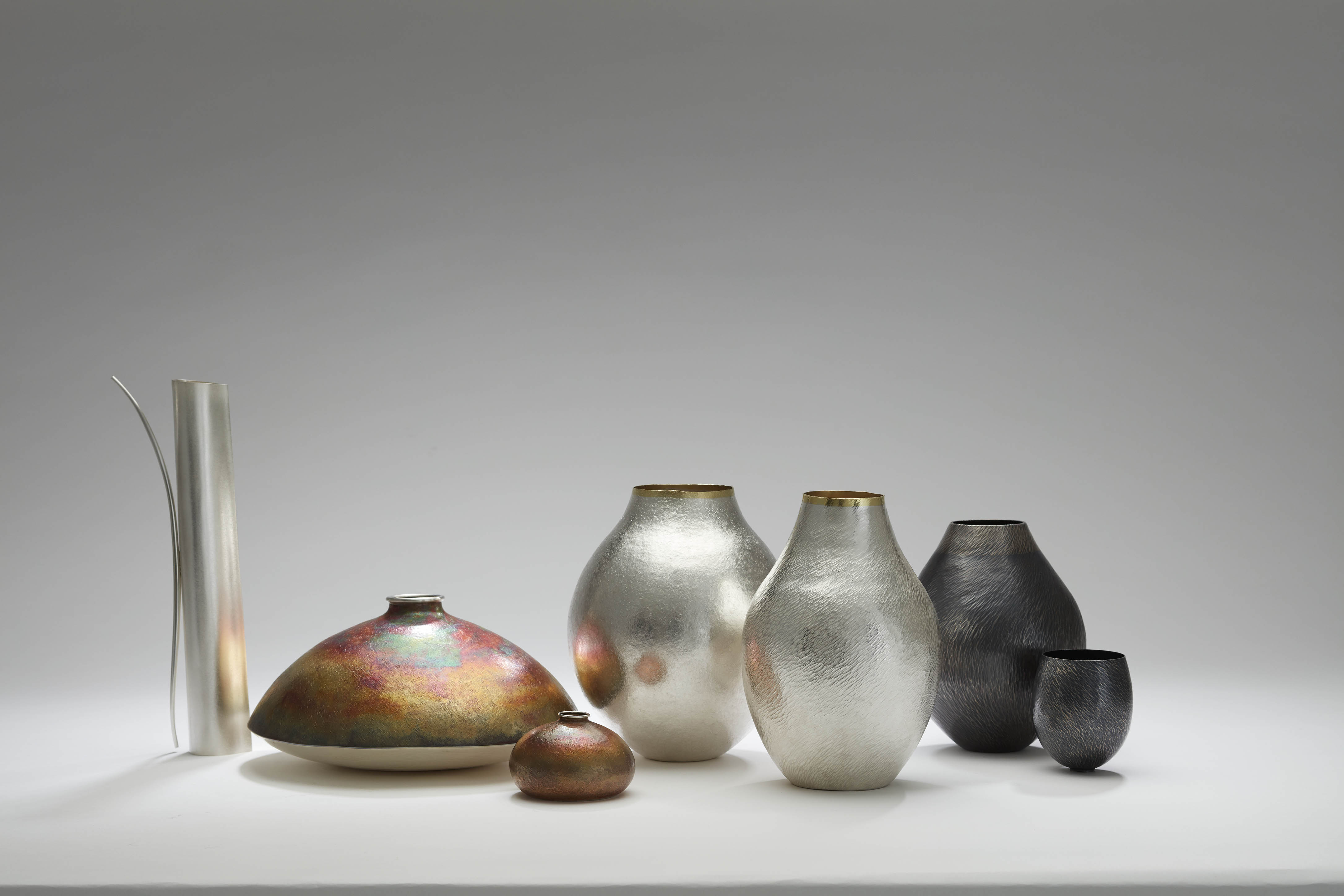 Philip Noakes, Group image of vessels completed in 2018 featuring Satin, Crystal and Ocean Currents Series. Courtesy of the artist. Photographed by Robert Frith