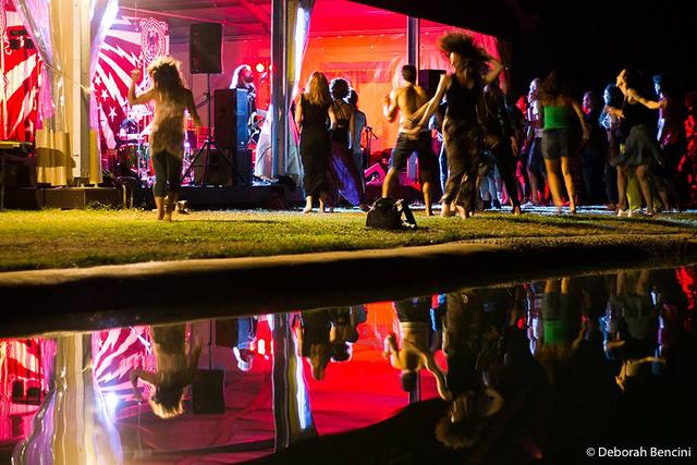 musica e balli di notte a piedi nudi sul prato
