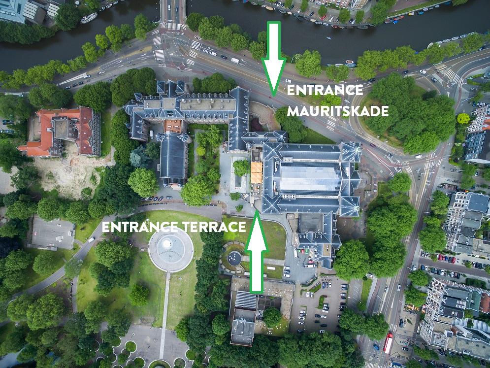 Er zijn twee ingangen: Mauritskade 64 of via ons terras aan het Oosterpark.