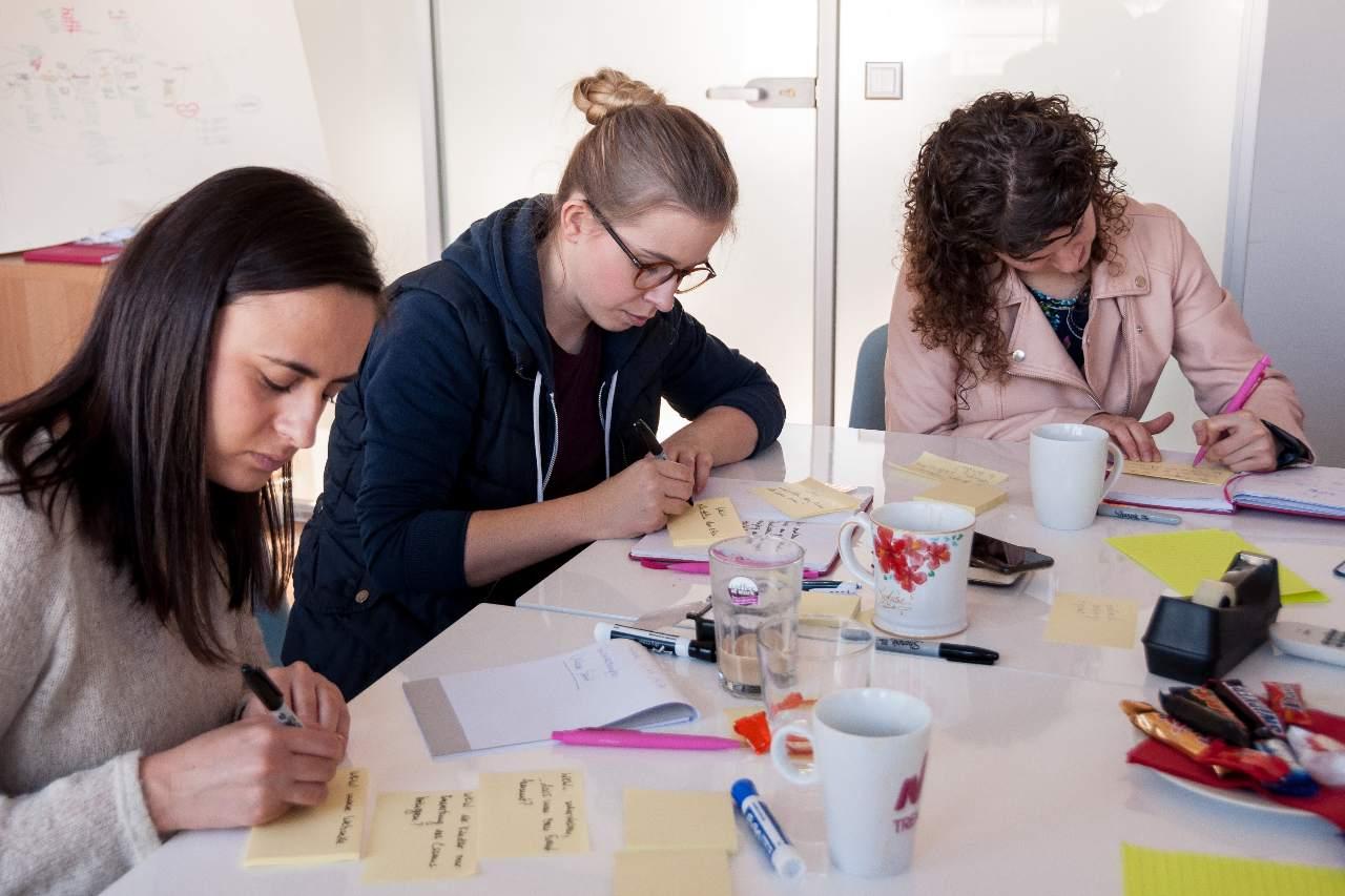 idear en design sprint, los participantes esbozan sus ideas sobre el papel.