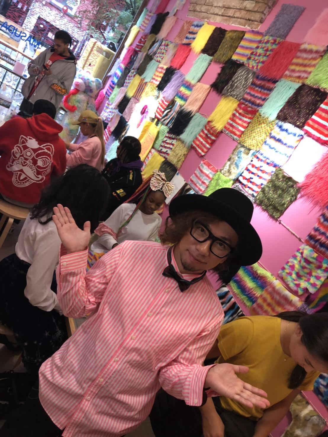 Sebastian Masuda met kleurrijk hemd, zwarte hoed en zwarte strik