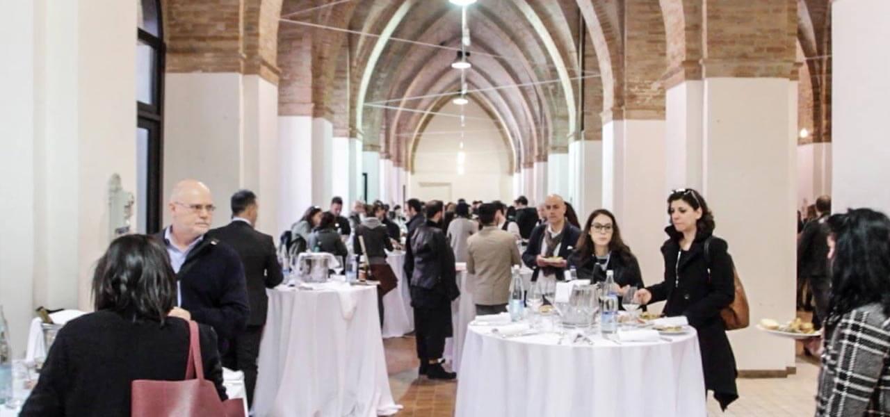 Pausa pranzo a base delle migliori tipicità enogastronomiche marchigiane, nella storica cornice del Mercato delle Erbe