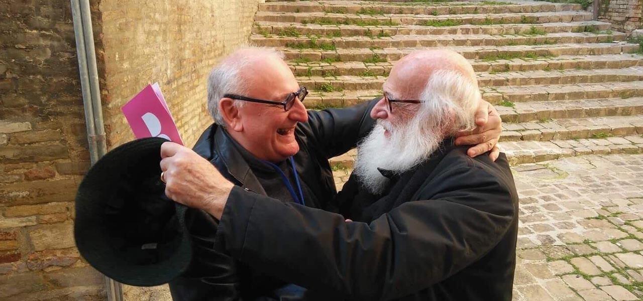Elio Carmi abbraccia Michelangelo Tagliaferri