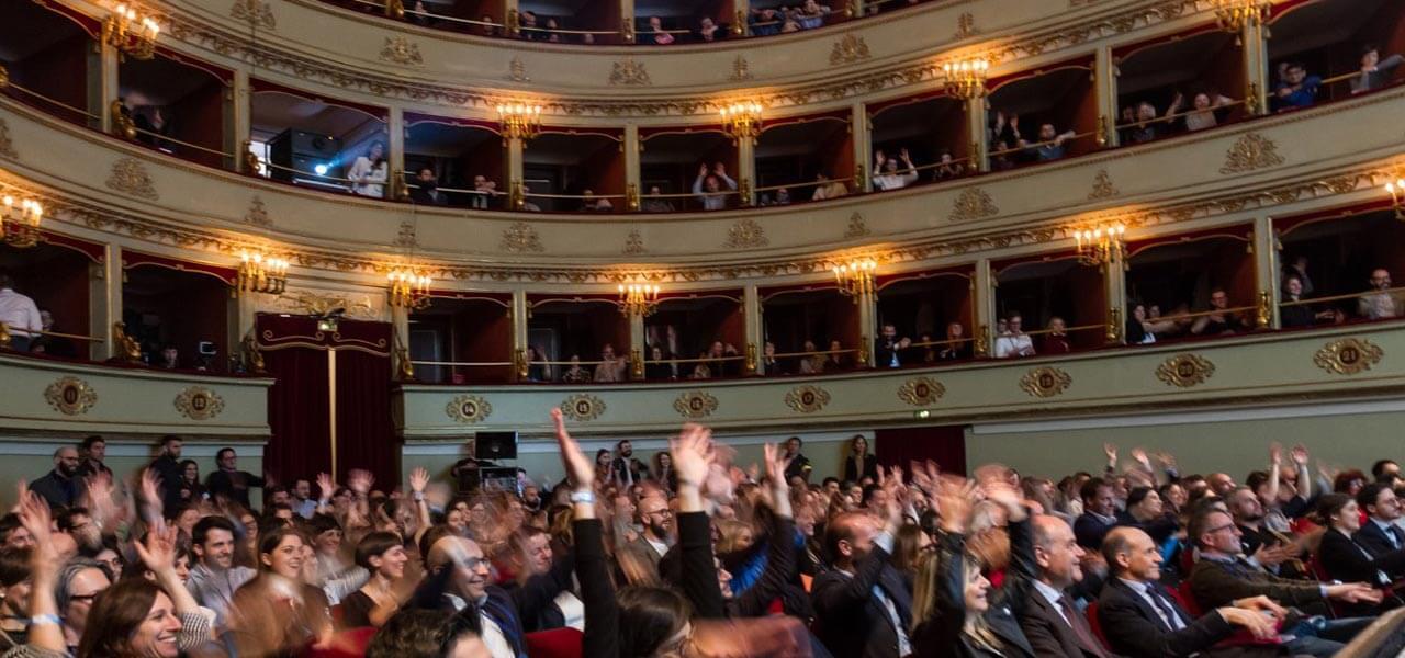 La platea in visibilio per lo spettaccolo di Piero Massimo Macchini
