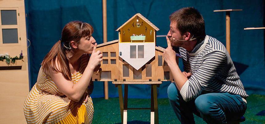 Laura Sarasola e Juan Rodríguez no escenario diante da maqueta dunha casa
