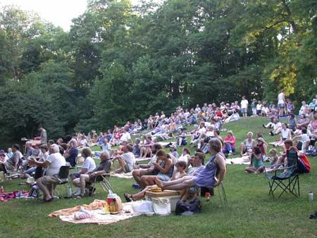 A crowd enjoying folk music at Mennofolk
