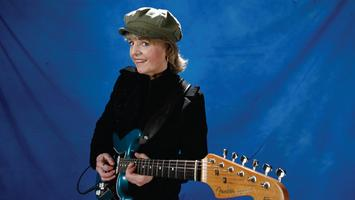 DEBBIE DAVIES BAND: A Pioneering Woman in the World of...
