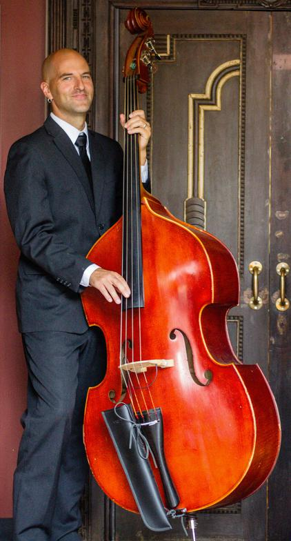 another Swing Je T'aime performer with his upright bass