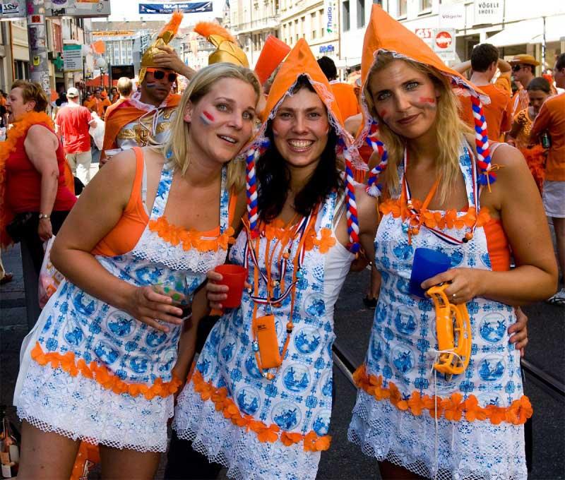 meisjes op sraat in oranje