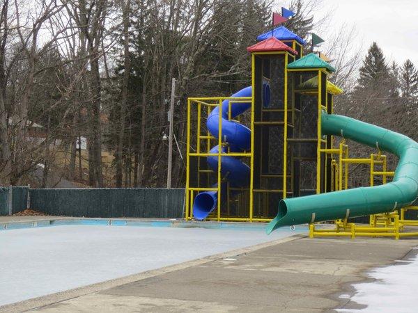 pool w slides