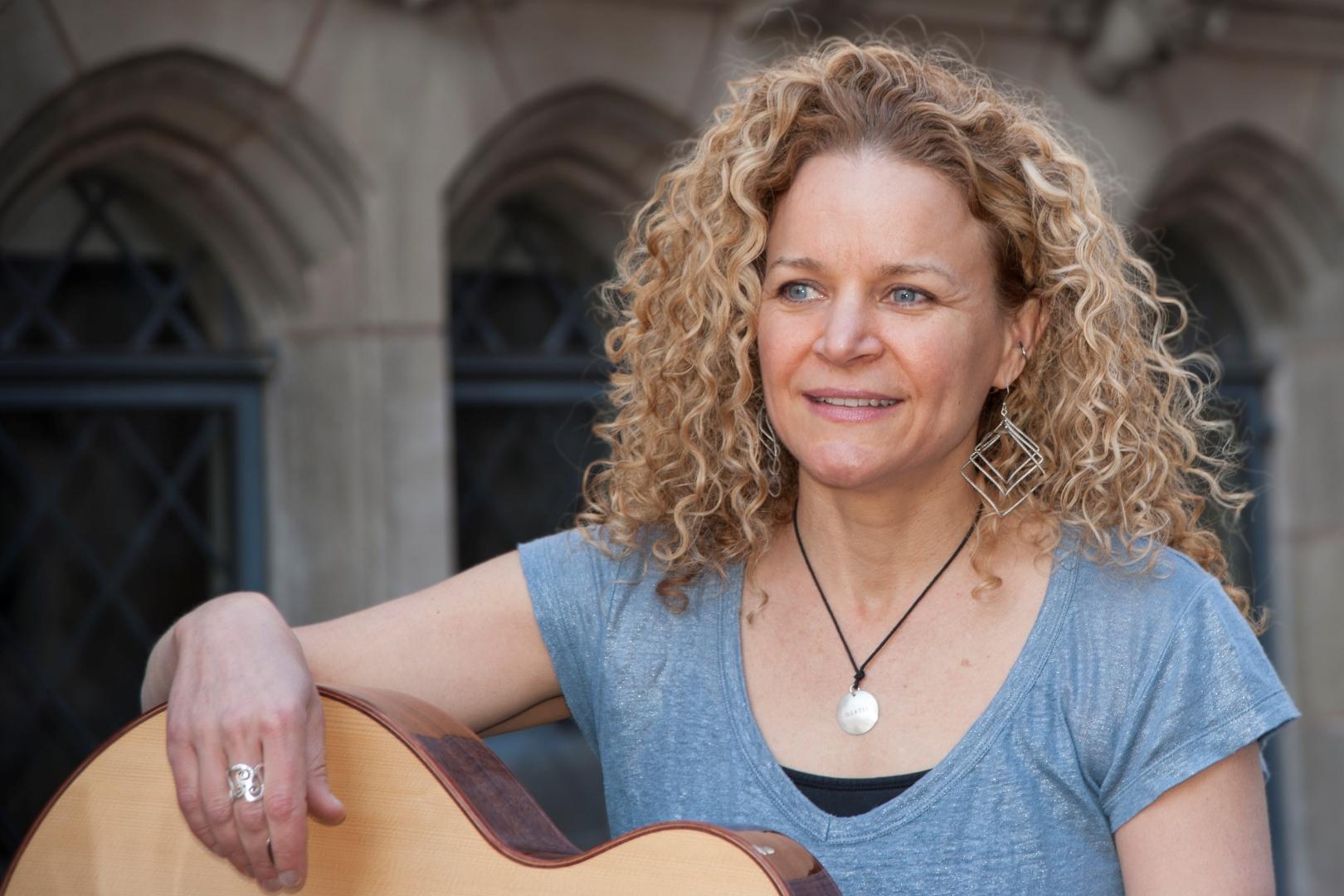 Lara Herscovitch w/guitar
