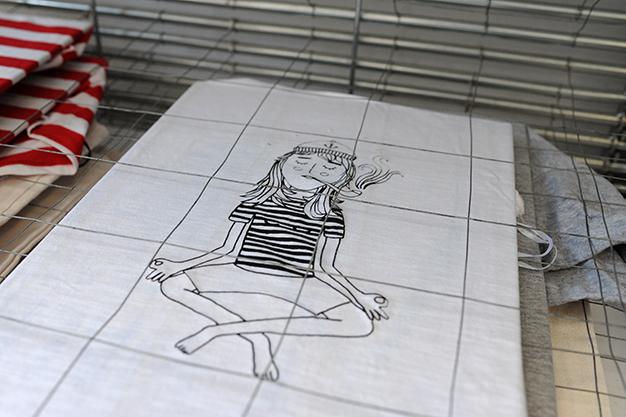 fertig gedrucktes wird zum Trocknen gestapelt