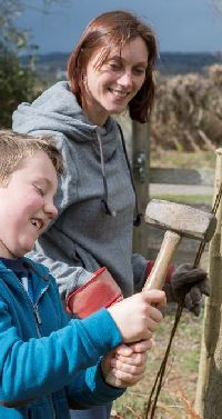 Volunteer family work party by Eleanor Bentall (rspb-images.com)