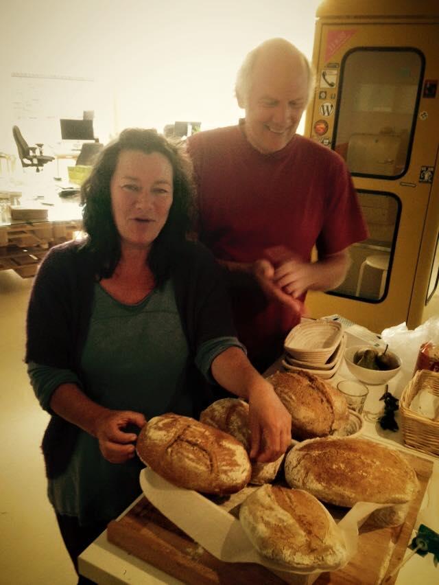 trotse broodbakkers met hun eerste desembrood