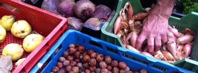noix échalotes coings au Marché de Mons - at Mons market in Belgium
