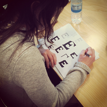 Jessica Hische drawing a letter.